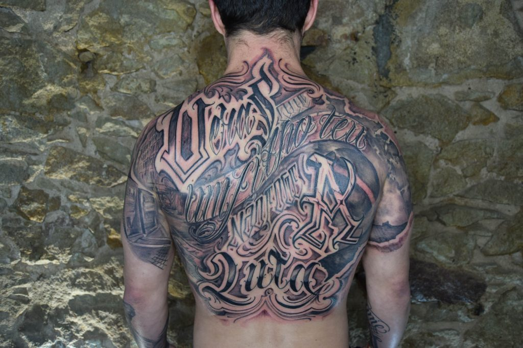 Foto de tatuagem feita por Omong (@omongletters)